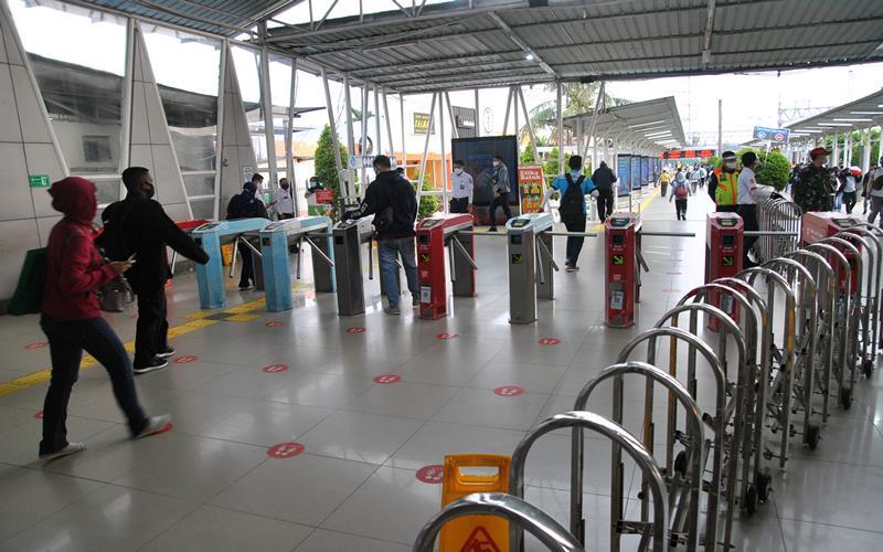 Sejumlah calon penumpang KRL Commuter Line memasuki gerbang tiket elektronik di Stasiun Bogor, Jawa Barat, Senin (14/9/2020). Hari pertama penerapan Pembatasan Sosial Berskala Besar (PSBB) Total di wilayah Jakarta, suasana penumpang KRL Commuter Line di Stasiun Bogor terlihat lengang serta kapasitas pengguna hanya 50 persen dengan membatasi setiap gerbongnya hanya dapat diisi 74 penumpang. ANTARA FOTO - Arif Firmansyah
