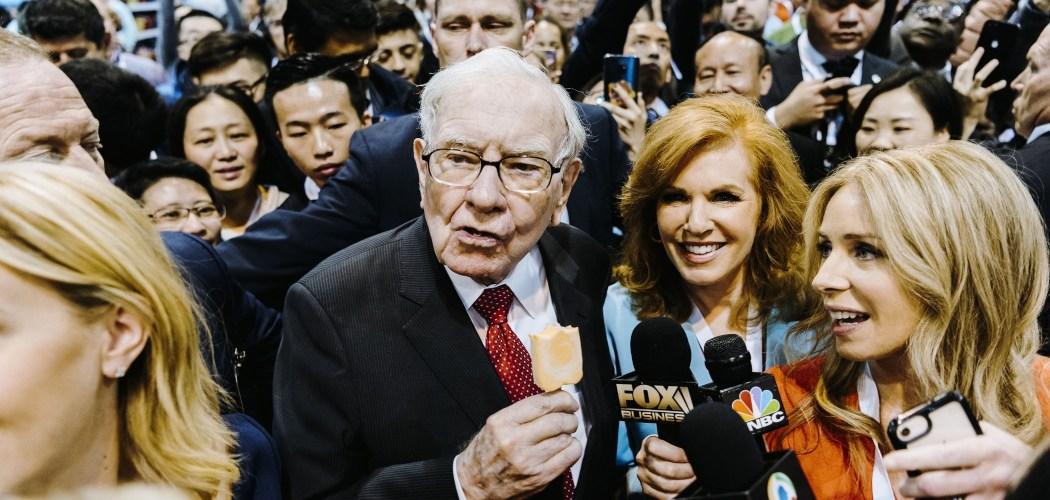 Chairman Berkshire Hathaway Inc. Warren Buffett (tengah) memakan es krim Dairy Queen, yang sahamnya dimiliki Berkshire Hathaway, di sela-sela Rapat Umum Pemegang Saham Tahunan (RUPST) Berkshire Hathaway di Omaha, Nebraska, AS, Sabtu (4/5/2019). - Bloomberg/Houston Cofield