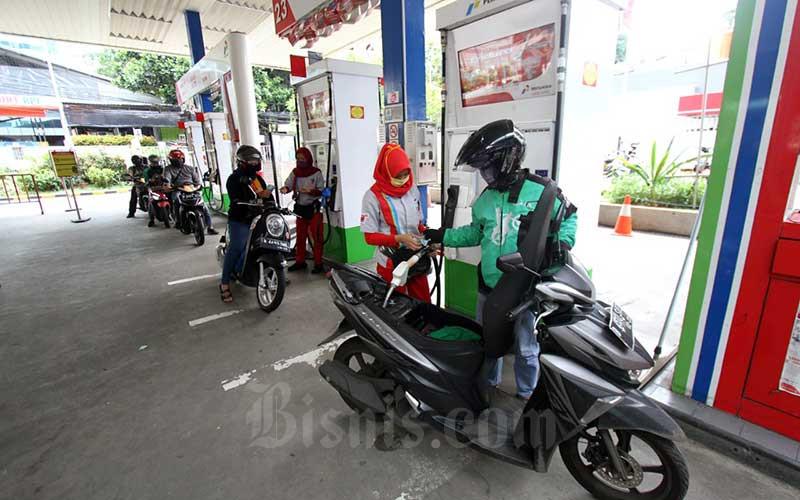 Pengemudi ojek online mengisi BBM di salah satu stasiun pengisian bahan bakar umum (SPBU) di Jakarta, Selasa (14/4/2020). Bisnis - Arief Hermawan P