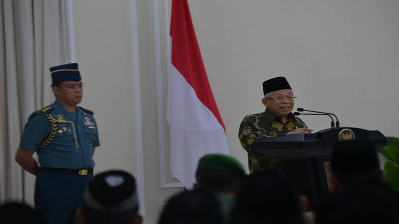Wapres Maruf Amin (tengah) menerima laporan saat meninjau Stasiun Kereta Api Serang di Serang, Banten, Kamis (30/1/2020) - Antara