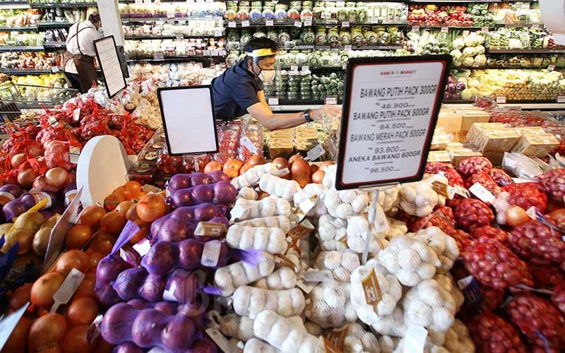 Karyawan menata sayuran yang di pajang di salah satu super market di Jakarta, Rabu (9/9/2020). Bisnis - Abdullah Azzam