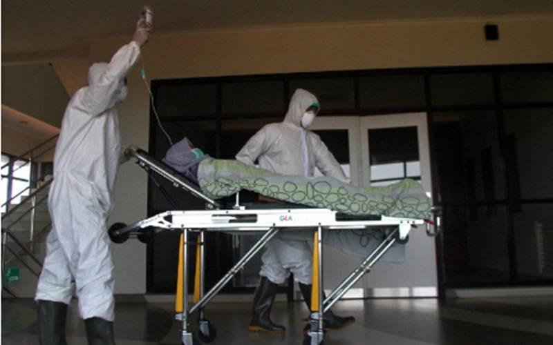 Petugas medis memindahkan pasien ke ruang isolasi dalam simulasi penanganan pasien Covid-19 di Rumah Sakit Lavalette, Malang, Jawa Timur, Jumat (13/3/2020). - Antara/Ari Bowo Sucipto