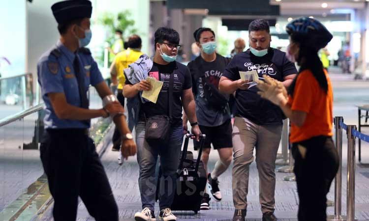 Petugas memeriksa Kartu Kewaspadaan Kesehatan penumpang yang baru tiba di Terminal 3 Kedatangan Internasional Bandara Soekarno Hatta, Tangerang, Banten, Senin (2/3/2020).Bisnis - Eusebio Chrysnamurti