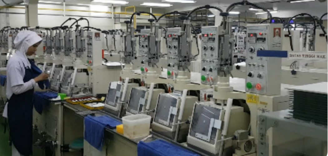Karyawan pada pabrik lensa kamera Nittoh di Bogor. - Dok. Nittoh Presisi Indonesia