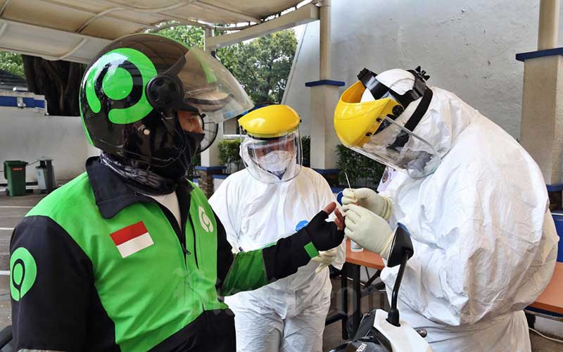 Petugas medis melakukan tes cepat (Rapid Test) COVID-19 kepada pengemudi ojek online di Kantor Pusat Kementerian Perhubungan, Jakarta, Senin (20/4/2020). Bisnis - Eusebio Chrysnamurti