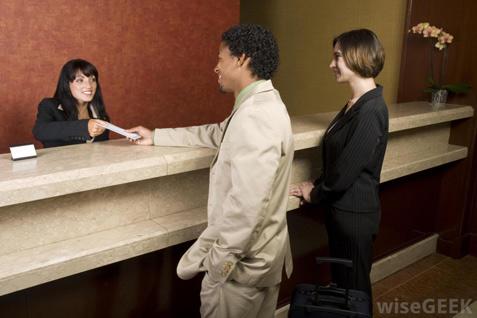 Petugas receptionist hotel tengah melayani tamu - JIBI