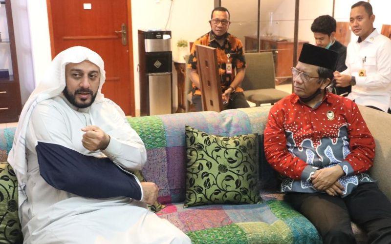 Menkopolhukam Mahfud MD saat menjenguk Syekh Ali Jaber pada Senin (14/9) pascapenusukan yang terjadi di Lampung  -  Twitter @mohmahfudmd