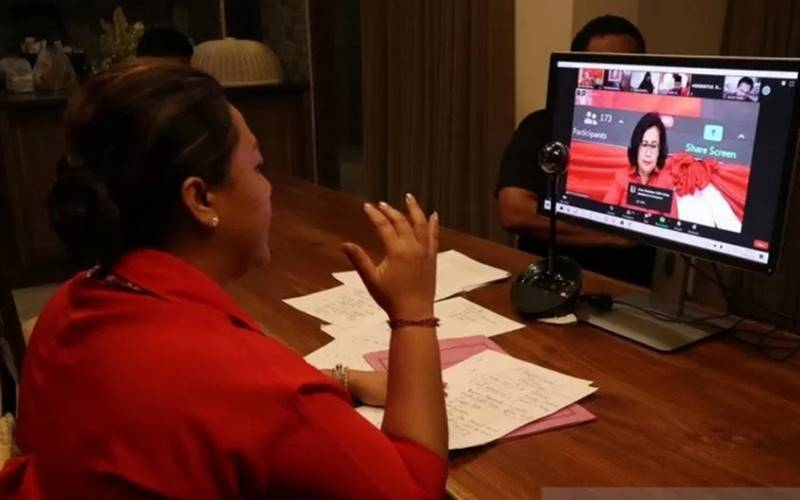 Bupati Tabanan Ni Putu Eka Wiryastuti saat menjadi salah satu pembicara dalam Sekolah Daring Calon Kepala Daerah dan Wakil Kepala Daerah PDI Perjuangan Gelombang III Sesi II untuk Pilkada Serentak Tahun 2020, bersama dengan Wali Kota Surabaya Tri Rismaharani, secara virtual, Senin (14/9/2020). - Antara