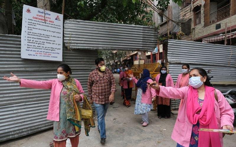 Para pekerja dari India National Rural Health Mission melakukan survei dari pintu ke pintu terkait virus corona (Covid-19) di New Delhi, 2 Juli 2020. - Bloomberg/T. Narayan