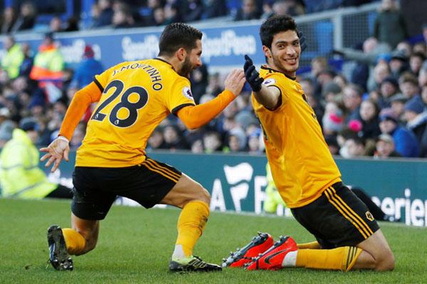 Dua andalan Wolverhampton Wanderers, Raul Jimenez (kanan) dan Joao Moutinho. - Reuters/Carl Recine
