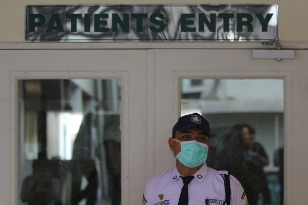Petugas keamanan berjaga di luar Ruang Isolasi Khusus (RIK) di RSUD dr Soetomo, Surabaya, Jawa Timur, Senin (27/1/2020). - Antara/Moch Asim