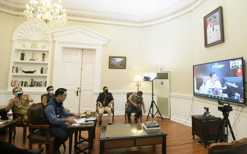 Gubernur Jawa Barat Ridwan Kamil mengikuti Rakor Penanganan Covid/19 di 8 Provinsi Utama melalui video conference di Kantor Wali Kota Bogor.