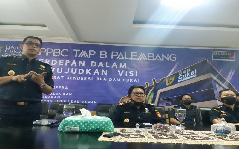 Kepala Bea Cukai Palembang, Abdul Haris (kedua dari kiri), memberikan penjelasan terkait penerimaan negara di Palembang, Sumatra Selatan.  -  Istimewa