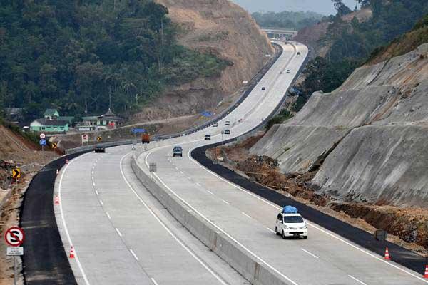 Mobil melintasi ruas jalan tol Bawen-Salatiga di Bawen, Kabupaten Semarang, Jawa Tengah, Senin (3/7). - ANTARA/Aditya Pradana Putra