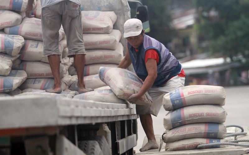 Pekerja memindahkan semen untuk diangkut ke kapal di Pelabuhan Paotere, Makassar, Sulawesi Selatan, Selasa (25/2). Kawasan timur Indonesia masih konsisten mencatatkan pertumbuhan konsumsi hingga 5 persen.  - BISNIS.COm
