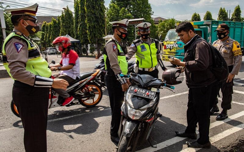 Polisi menghentikan pengendara yang tidak mengenakan masker saat terjaring Operasi Yustisi Pencegahan Covid-19 di Ungaran, Kabupaten Semarang, Jawa Tengah, Senin (14/9/2020). Operasi yustisi terpadu aparat penegak hukum gabungan TNI-Polri, dan Satpol PP itu dilaksanakan agar masyarakat mematuhi protokol kesehatan seperti mengenakan masker saat keluar rumah dalam upaya mencegah penyebaran Covid-19. - Antara/Aji Styawan