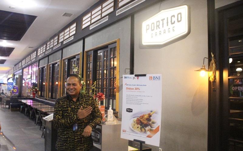 Head of Consumer Banking BNI Wilayah Makassar Bagus Ardani menunjukkan banner promo di salah satu merchant Mall Pipo Makassar, Selasa (15/9/2020) - Istimewa
