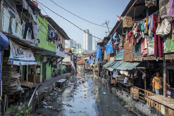 Warga beraktivitas di kawasan permukiman padat penduduk, di bantaran Kali Krukut Bawah, Kebon Melati, Tanah Abang, Jakarta, Jumat (20/7/2018). - ANTARA/Aprillio Akbar