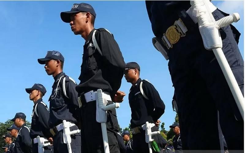 Sejumlah anggota Satuan Pengamanan (Satpam) mengikuti upacara HUT ke-38 Satpam di Alun-Alun Sungai Kapuas, Pontianak, Kalimantan Barat, Selasa (8/1/2019). - Antara