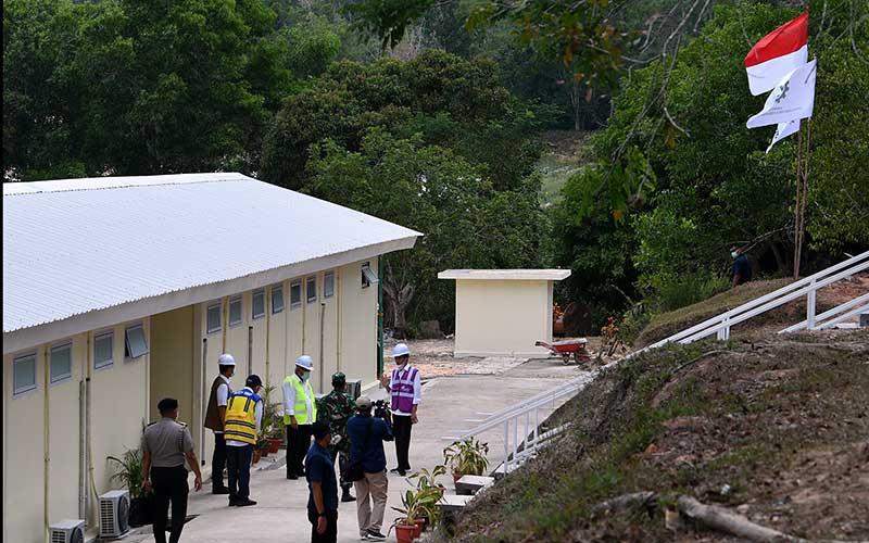 Presiden Joko Widodo (kanan) memberikan arahan kepada Kepala BNPB Doni Monardo (kedua kiri), Menteri PUPR Basuki Hadimuljono (tengah) serta Dirjen Cipta Karya Kementerian PUPR Danis H Sumadilaga (ketiga kiri) saat peninjauan Rumah Sakit Darurat Penanganan COVID-19 di Pulau Galang, Batam, Kepulauan Riau, Rabu (1/4/2020). Kunjungan kerja tersebut untuk memastikan kesiapan rumah sakit yang akan mulai beroperasi pada Senin 6 April 2020 mendatang. ANTARA FOTO - Sigid Kurniawan
