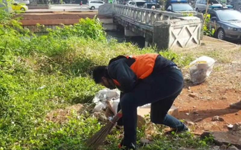 Pelanggar protokol kesehatan menjalani sanksi sosial berupa membersihkan bantaran Kalimalang, Simpang Lampiri, Duren Sawit, Jakarta Timur, selama 60 menit, Rabu (16/9/2020). - Antara/Andi Firdaus
