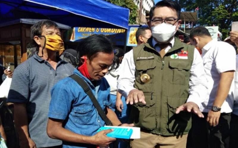 Gubernur Jawa Barat (Jabar) M Ridwan Kamil atau Kang Emil memberikan hadiah berupa telepon pintar untuk Ade Londok, seorang warga yang mendadak viral usai mempromosikan makanan Odading Mang Oleh dengan gaya