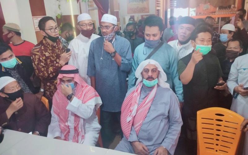 Syekh Ali Jaber saat melakukan konferensi pers di Bandarlampung, Senin.(14/9/2020). - Antara/Dian Hadiyatna