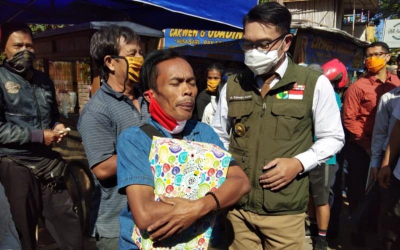 Ridwan Kamil saat mengunjungi Odading Mang Oleh sekaligus bertemu Ade Londok, di Jalan Baranang Siang, Kosambi, Kota Bandung - Bisnis/Wisnu Wage