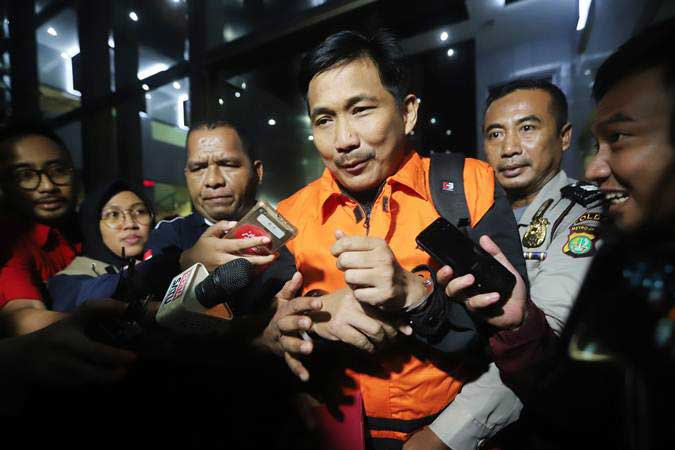 Bowo Sidik Pangarso (tengah) saat dibawa ke mobil tahanan usai menjalani pemeriksaan di Gedung KPK, Jakarta, Kamis (28/3/2019). - Anatara/Reno Esnir