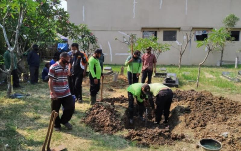 Persiapan pemakaman Sekda DKI Saefullah di makam keluarga di RT 04/08, Rorotan, Cilincing, Jakarta Utara. - beirtajakarta