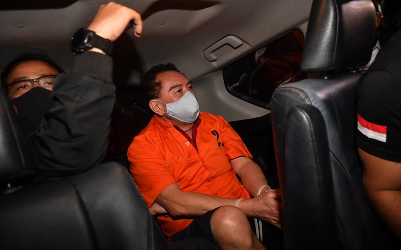 Petugas kepolisian membawa buronan kasus korupsi pengalihan hak tagih (cessie) Bank Bali Djoko Tjandra (kanan) yang ditangkap di Malaysia menuju Bareskrim Polri setibanya di Bandara Halim Perdanakusuma Jakarta, Kamis (30/7/2020). ANTARA FOTO - Nova Wahyudi