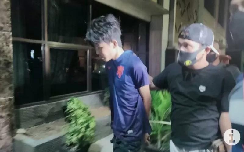 Pelaku penikaman Syeh Ali Jaber saat di bawa polisi ke Mapolresta Bandarlampung guna pemeriksaan lebih lanjut, Minggu (14/9/2020) malam. - Antara
