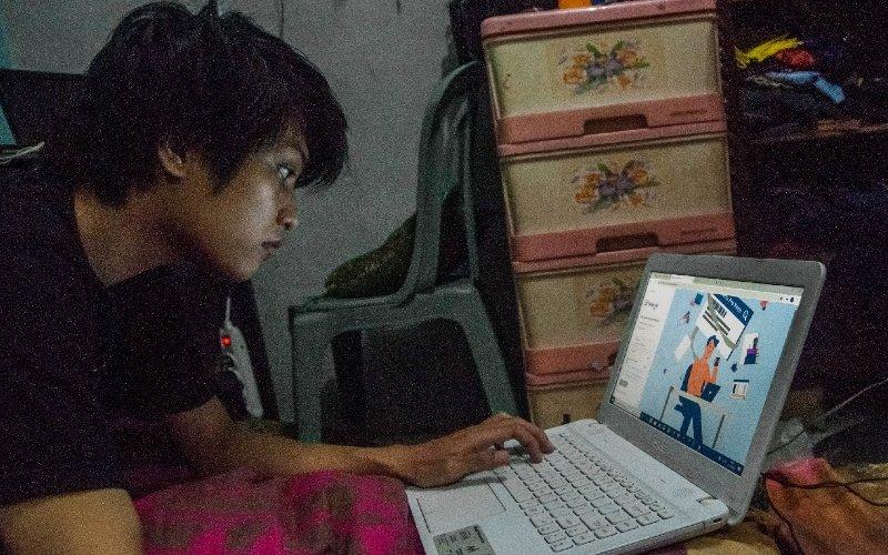 Warga mengisi formulir pendaftaran Kartu Pra-Kerja secara daring di Kampung Pasir Babakan, Lebak, Banten, Selasa (14/4 - 2020). ANTARA