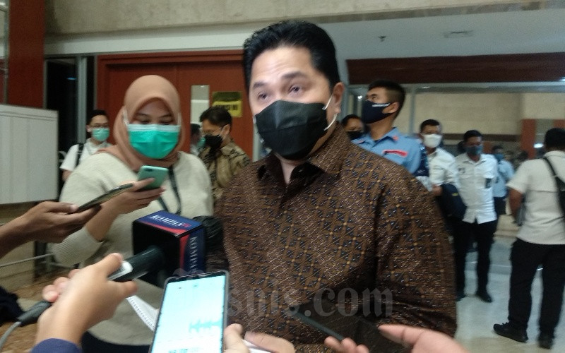 Menteri BUMN Erick Thohir memberikan penjelasan kepada media massa usai rapat rapat tertutup dengan Komisi VI DPR di Komplek Gedung DPR MPR, Jakarta, Senin (14/9/2020). - Bisnis/Dhiany Nadya Utami