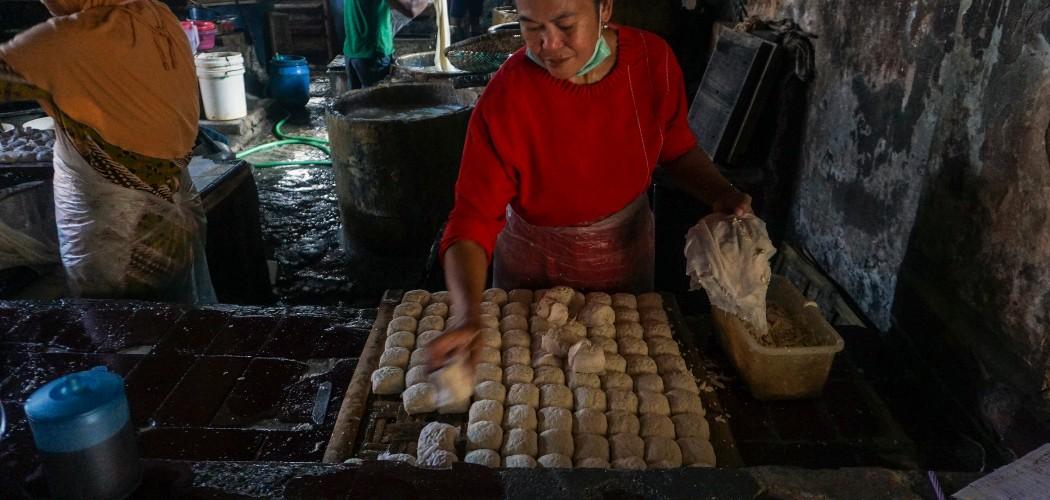 Pekerja memproduksi tahu dari bahan kedelai di salah satu sentra produksi tahu di Kabupaten Batang, Jawa Tengah, Senin (10/8/2020). Menurut salah satu produsen, produksi tahu menurun sekitar 50 persen dari rata-rata 200 kuintal per hari menjadi 100 kuintal akibat naiknya harga kedelai impor karena pandemi COVID-19. - ANTARA FOTO/Harviyan Perdana Putra