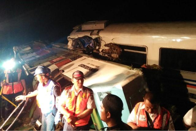 Petugas saat berusaha mengevakuasi masinis yang tewas terjepit. - JIBI/Abdul Jalil