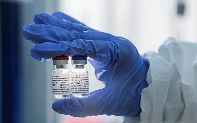 Seorang ilmuwan menunjukkan sampel vaksin untuk melawan penyakit  Covid-19 yang dikembangkan oleh Gamaleya Research Institute of Epidemiology and Microbiology, di Moskow, Rusia, (6/8/2020). - Antara/Reuters