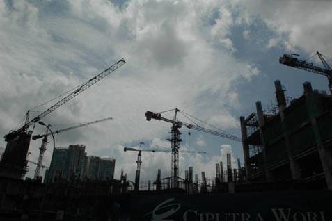 Pembangunan proyek konstruksi gedung di Jakarta. - Bisnis
