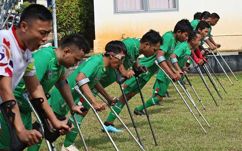 Para pemain Tim sepak bola Garuda Indonesia Amputee Football (Garuda INAF) menjalani sesi latihan di lingkungan Rumah Sakit dr Suyoto, Bintaro, Jakarta Selatan. Bisnis - Eusebio Chrysnamurti