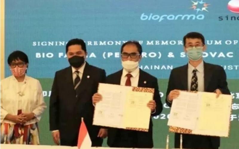 Ilustrasi - Menteri Luar Negeri RI Retno Marsudi (kiri), Ketua Pelaksana Komite Penanganan dan Pemulihan Ekonomi Nasional (KPCPEN) juga Menteri BUMN Erick Thohir (kedua kiri), Direktur Utama Biofarma Honesti Basyir (kedua kanan), dan R&D Director Sinovac Gao Qiang. - Antara
