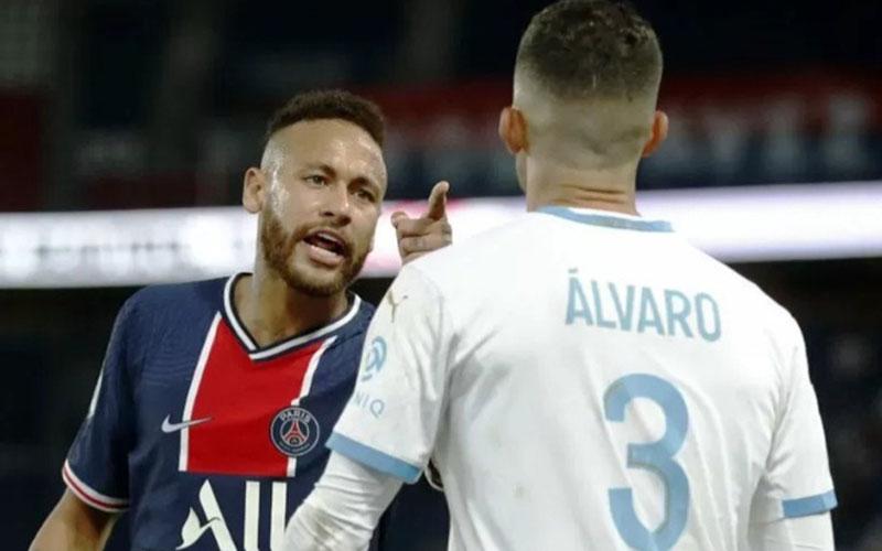 Penyerang PSG Neymar bersitegang dengan pemain Marseille Alvaro Gonzalez./Antara - Reuters