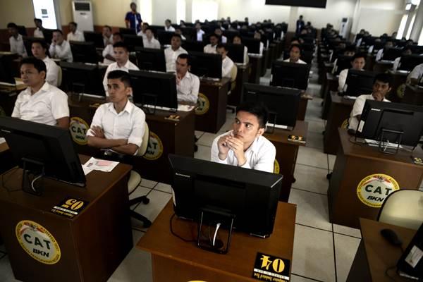 Puluhan peserta seleksi CPNS memperhatikan tata cara pelaksanaan Ujian Sistem CAT di Kantor Regional XI Badan Kepegawaian Negara di Manado, Sulawesi Utara, Senin (11/9). Sebanyak 8.066 pelamar kerja yang terbagi atas lulusan Sarjana maupun SMA (sederajat), akan memperebutkan 260 formasi dalam seleksi yang menggunakan sistem CAT (Computer Assisted Test) tersebut. ANTARA FOTO - Adwit B Pramono