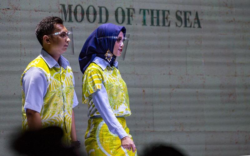 Model mengenakan busana motif batik ikan marlin rancangan desainer lokal saat peragaan busana Batam Batik Fashion Week 2020 di Dataran Engku Hamidah, Batam, Kepulauan Riau, Sabtu (12/9/2020) malam. Motif batik ikan marlin merupakan batik buatan UMKM yang telah dipatenkan menjadi batik khas Batam. - Antara/M N Kanwa
