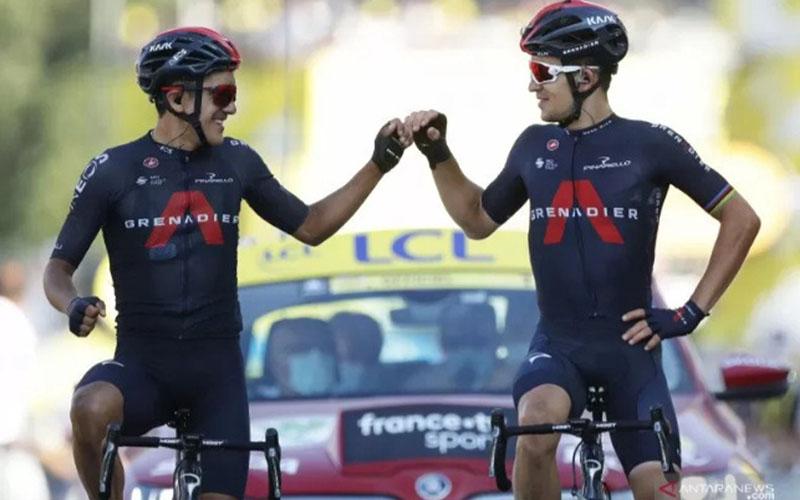 Dua pebalap tim Ineos Grenadiers, Richard Carapaz (kiri) dan Michal Kwiatkowski (kanan), merayakan keberhasilan finis di dua posisi teratas pada etape ke-18 Tour de France./Antara - Reuters