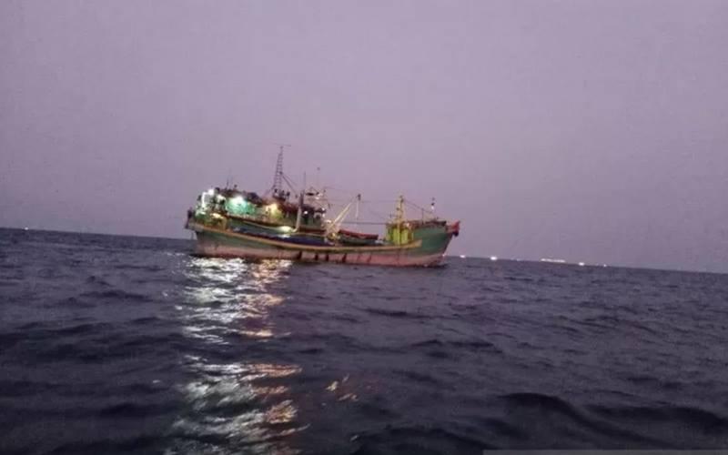KM Starindo Jaya Maju VI sedang berada di sekitar perairan Pulau Pari, Kepulauan Seribu, Kamis (17/9/2020) malam. - Antara