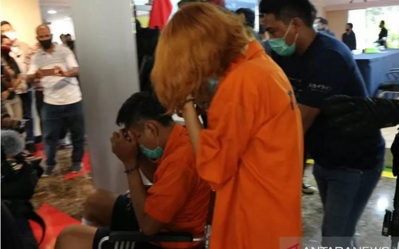 Penyidik Sub Direktorat Reserse Mobile Ditreskrimum Polda Metro Jaya menghadirkan dua tersangka pembunuhan dan mutilasi di Mako Polda Metro Jaya, Kamis (17/9/2020).  - Antara