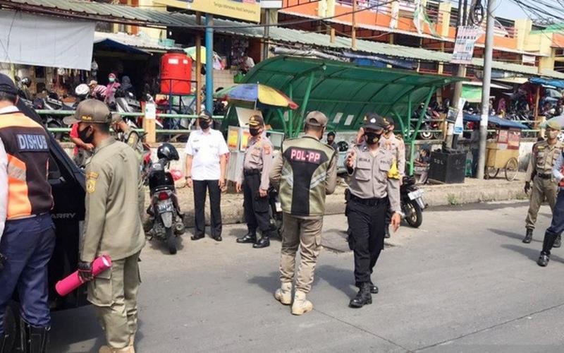 Anggota Satpol PP melakukan penertiban di Ciawi, Kabupaten Bogor, Jawa Barat. - Antara