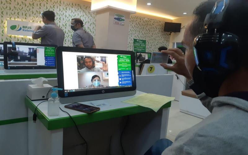 Peserta BP Jamsostek Cabang Palembang melakukan klaim JHT melalui Layanan Tanpa Fisik (Lapak Fisik) yang disediakan BP Jamsostek. bisnis/dinda wulandari