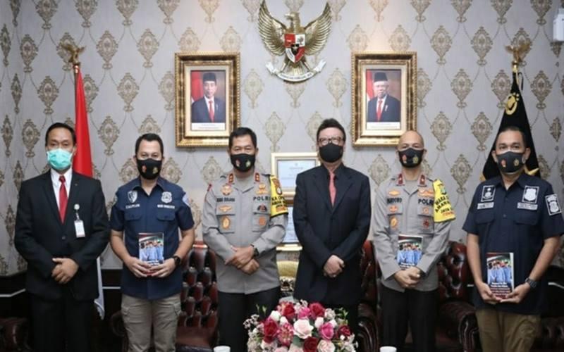 Menteri PANRB Tjahjo Kumolo menemui Kapolda Metro Jaya Nana Sujana untuk melaporkan kasus penipuan pengangkatan CPNS yang mengatasnamakan Menteri PANRB di Polda Metro Jaya, Jakarta, Kamis (17/9/2020)./menpan - go.id
