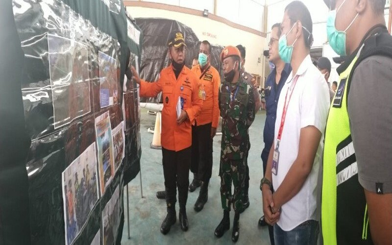 Kepala Basarnas Biak Gusti Anwar Mulyadi saat memberikan pengarahan kepada tim SAR gabungan untuk mengevakuasi helikopter milik PT. NUH di Nabire. - Antara/Basarnas Biak
